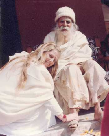1996 ShantiMayi and Maharajji touching feet